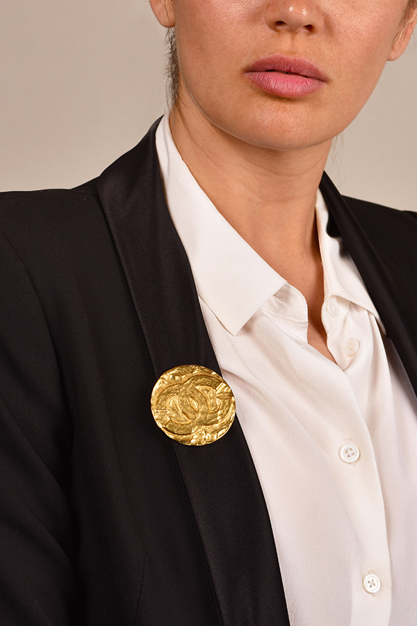 Chanel - CC Logo Vintage Hammered Round Gold Tone Brooch View 2